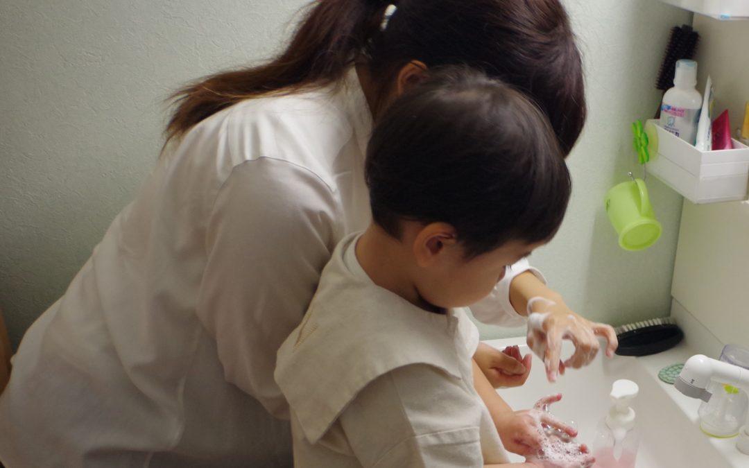 家に到着! WITHコロナの時代、ベビー&キッズシッターはウイルスや菌を絶対に家に持ち込まないよう配慮しています。お子様にも手洗いうがいの生活習慣をつけるようにします。