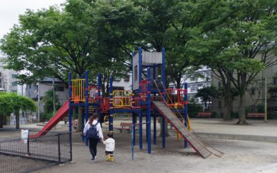 公園での外遊び! 外遊びは自然と触れ合い、体をいっぱい動かすことのできるチャンス。ベビー&キッズシッターは安全と清潔に十分気を付けてお子様を見守ります。