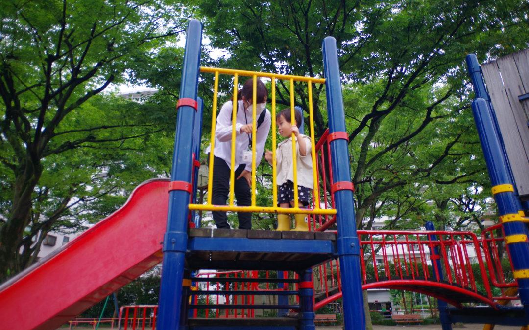 公園での外遊び! ベビー&キッズシッターは安全に十分気を付けてお子様を見守ります。公園は遊具を使うときのルールを覚え、お友達とのかかわり方などを学ぶ場にもなります。